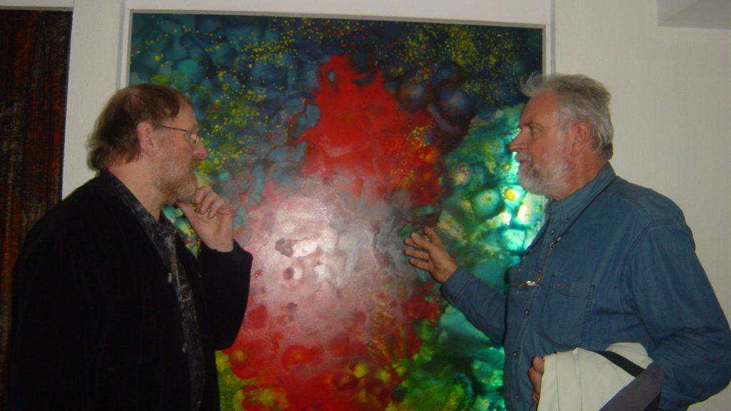 2004 Willem VERMANDERE bij glasraam 1972 in Crypte van Eigentijdse Jeugd te Groot-Bijgaarden