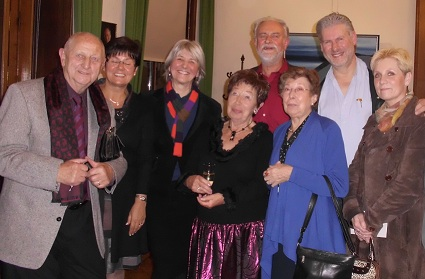Alice TOEN, fifth citizen of honour of Dilbeek, together with actors from Familie (TV-series)