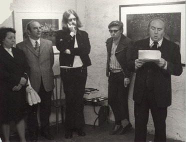 Vernissage in cultureel centrum De Kroon in Sint-Agatha-Berchem in november 1973, Dhr . en Mevr. Frans Van der Haeghen, Willem M. Roggeman en Hugo Weckx.