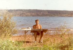 A l'œuvre dans le Midi de la France, Lac du Salagou, été 1984.