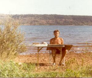 Aan het werk in Zuid-Frankrijk, Lac du Salagou, Clermont-l'Hérault, zomer 1984 .