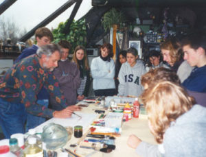Ontvangt talrijke scholen, groepen en verenigingen in zijn atelier atelierbezoek, kennismaking met alle teken- en schildertechnieken met demonstratie.