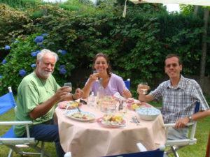 5 augustus 2008. Lekkere maaltijd in prachtige tuin van sopraan Liliane Bertrand, echtgenote van Christophe De Mesmaeker, ontwerper van deze website.